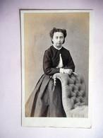 PHOTO CDV 19 EME JEUNE FEMME ELEGANTE  MODE  Cabinet DURAND  A LYON - Ancianas (antes De 1900)