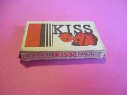 Etui Carton 5 Lames De Rasoir/Avec 4 Lames Inutilisées/KISS Bleue / La Lame Superfine/France/ Vers 1930-50     PARF213 - Lamette Da Barba