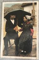 85  Au Marais Vendeen 1953 Maraichinage Couple Coiffe Chapeau Robe Fleurie Parapluie  -Gaby - Altri Comuni