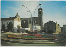 Aizenay-Le Rond-Point Et L'église (Corne D'angle Haut à Droite, Voir Scan) (CPM) - Aizenay