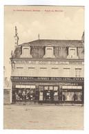 E555 - LA FERTE BERNARD - Place Du Marché - Boutique, Commerce Habillement MAURICE LEROY - Au Coin Du MAIL - La Ferte Bernard