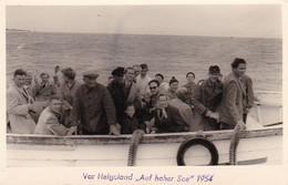 AK Foto Vor Helgoland - Auf Hoher See - Boot Touristen Meer - 1954 (52141) - Helgoland