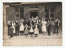 PONTIVY - GROUPE FOLKLORIQUE BRETON - PLACE DU MARTRAY - DEVANT UN MAGASIN DE CONFECTIONS - 30/07/1932 - 56 - Plaatsen