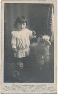 Photo CDV - Portrait D'une Fillette Avec Un Mouton En Jouet (anonyme) (Ca 1900) (BP) - Ancianas (antes De 1900)