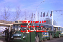 ReproductionPhotographie De Contrôleurs à Un Bus Berliet PCR Avec Publicités Charrier Et Conord à La Défense Paris 1964 - Reproductions