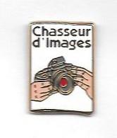 Pin's  Fond  Blanc  Photographie  Chasseur  D' Images, Appareil  Photo  Signé  DECAT - PARIS - Photography
