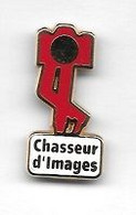 Pin's  Fond  Rouge, Cartouche  Blanche  Photographie  Chasseur  D' Images  Signé  DECAT - PARIS - Photography