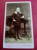 Photo CDV Enfant - Garçonnet Debout Accoudé à Des Livres - Photo E. Guyot à TROYES - TBE - Ancianas (antes De 1900)