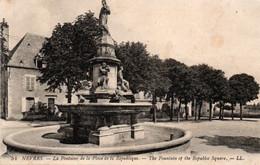 Carte Postale Ancienne - Circulé - Dép. 58 - NEVERS - Fontaine De La Place De La REPUBLIQUE - Nevers