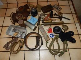 Lot De Fond De Tiroir Toute époque Douille Grenade Sangle Bouton Insigne ..... - Equipment