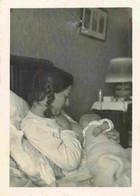 Femme Donnant Le Sein - Allaitement - Breastfeeding  Photo 6 X 8,5 Cm  - Allaitante - Maternité - Seins Nu - Persone Anonimi
