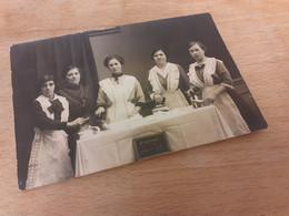 SCHIERSTEIN - WIESBADEN - 1915 - DAME MIT IHREN HAUSHAELTERINNEN - HAUSWIRTSCHAFT - BUEGELN - BUEGELEISEN - Lugares