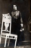 Insolite Carte Photo Originale Portrait Studio De Femme à La Chaise De Travers Et Bouquet Vers 1910 - Anonyme Personen
