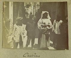 Italie . Italia . Cassino . Enfants Et Marchande De Bretzels Dans Une Rue . 1914 . - Plaatsen