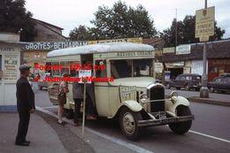 ReproductionPhotographie D'un Scout Montant Dans Un Bus Urbain à Lourdes En 1963 - Reproductions