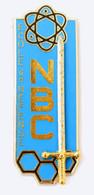 Broche (no Pin's) Insigne ECOLE DE DEFENSE NBC - Atome - Epée - G. 3854 - J. Balme - J835 - Army