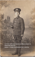 PICTURE POSTCARD YOUNG SOLDIER IN FRONT OF WIMBORNE MINSTER / DORSET / STUDIO PHOTOGRAPHY BY J POTTLE - Personen