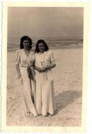 Photo Originale Plage & Maillots De Bains Sous Peignoirs à Pois Assortis & Charmantes Pin-Up Sexy Vers 1940 - Pin-Ups