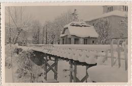 U11-66) BOURG MADAME - CARTE PHOTO DE 1950 - PONT - POSTE FRONTIERE - DOUANE PAR TEMPS DE NEIGE - ( 2 SCANS ) - Otros Municipios