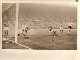 Lot De 2 Photographies De Football, Wembley 1957, L'Angleterre écrase La France 4-0, Buts De Robson Et Taylor Sur Abbes - Sporten