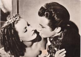 """CÉLÉBRITÉS. CINEMA . CARTE POSTALE  """" GRETA GARBO ET ROBERT TAYLOR """" DANS LE FILM CAMILLE ANNEE 1936. - Cinema"""