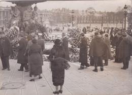 Photo Paris Manifestation Antiparlementaire 6 Février 1934 Fontaine De La Concorde Fleurie En Souvenirs Ref  20/1130 - Coches