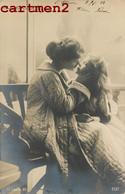 CURIEUSE CARTE PHOTO : MAMAN ET SA FILLE BAISER AMOUR PHOTOGRAPHIE ARTISTIQUE SURREALISME AMOUR CURIOSITE - Photographie
