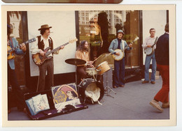 Snapshot 70s San Francisco Usa Couleur Musicien Rue Couleur Street Musician 1978 Hippies Peace And Love Banjo Guitare - Luoghi