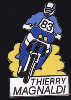 67576-Pin's.Thierry Magnaldi. Pilote Moto Français Spécialisé En Rallye-raid..Rallye Dakar .signé Saggay - Motorfietsen