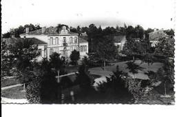 """PECHBONNIEU """" La Place , Les Ecoles Et La Mairie """"    N°2384 - Ohne Zuordnung"""