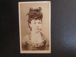 Belle Ancienne Cdv Vers 1880.portrait D Une Femme élégante Anglaise. PHOTOGRAPHE C SPRATLEY. CHESHAM ANGLETERRE - Oud (voor 1900)