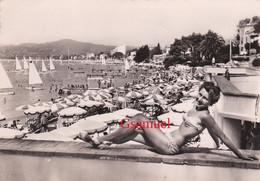 D 06 - JUAN Les PINS - La Plage-1954 - Pin-up - (Femme Posant En Maillot De Bain) - Juan-les-Pins