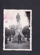 Photo Originale Guerre 39-45 Soldat Allemand Devant Statue Amiral Pottier à Rochefort En 1940  (43766) - Guerra, Militari
