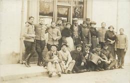 CARTE PHOTO DE GROUPE ET MILITAIRE DEVANT UN CAFE HOMME JOUANT DE L'ACCORDEON - A Identifier