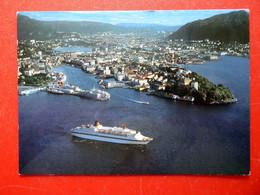Bergen - Fjorde Schiff - Luftbild - Norge  - Turistskip Forlater Byen - Norway Norwegen - Norwegen