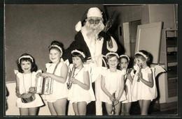 Foto-AK Weihnachtsmann Und Kleine Engelskapelle - Santa Claus