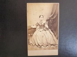 Belle Ancienne Cdv Vers 1880.portrait D Une Femme Distinguée. THE PARISIAN SCHOOL OF PHOTOGRAPHY. LONDRES - Oud (voor 1900)