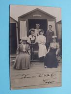 Carte Photo Famille Devant Cabine LA MASCOTTE Au Cayeux / Anno 1907 > Paris ( Voir Scans Svp ) ! - Fotografie