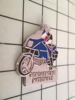 1518c Pins Pin's / Rare & Belle Qualité THEME MOTOS / MOTARD GENDARMERIE NATIONALE METAL BLANC Pour Les Indiens ! - Motorfietsen