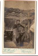 P 052 - PHOTO CDV - MILITARIA - MAYENNE - A. Heil - Reproduction D'un Soldat Dans Une Tranché (1914-1918) - Guerra, Militari