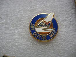 Pin's Avion De La Compagnie Aérienne AOM (Air Outre Mer) - Avions