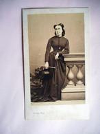 PHOTO CDV 19 EME FEMME ELEGANTE SON CHAPEAU ET SA CRAVACHE ?  MODE Cabinet DISDERI  A  PARIS - Oud (voor 1900)