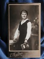 Photo CDV  Jourdan à Bourgoin  Femme Souriante Tenant Un Cahier  CA 1910 - L503I - Anonymous Persons