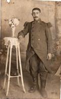 V10Mé  Carte Photo Militaire Soldat Du 4 Eme Régiment Epaulettes Vareuse Ph. A L'Eclair Hyeres - Uniformen