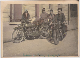 Moto   Deux Motocyclistes Et Leurs Compagnes  Motos Terrot ?  Photographie N Et Blanc Légerement Colorisée Beau Format - Coches