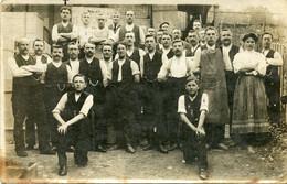 Carte Photo D'hommes Et De Femmes ( Des Ouvrier ) Posant Devant Leurs Atelier Vers 1930 - Persone Anonimi