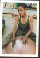 REF 524 CPM Par Yvon Kervinio Maroc Poncage D'un Chaudron Enfant Au Travail Medina De Fes - Fez