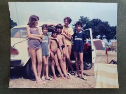 YOUNG KIDS IN SWIMSUITS ON A BEACH,JEUNES ENFANTS EN MAILLOTS DE BAIN SUR UNE PLAGE,ORIGINAL PHOTO - Personnes Anonymes