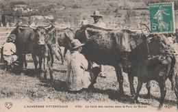 CPA (63) L' AUVERGNE La Traite Des Vaches Dans Le Parc Du Buron Bovin Vacher Métier Paysan (2 Scans) - Unclassified