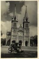 Carte Photo Cathedrale De Saigon Et Pousse Pousse Cycliste Recto Verso - Vietnam